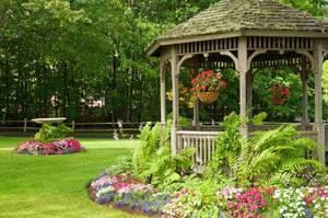 Как украсить беседку в саду