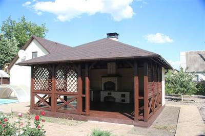 Квадратная беседка с четырехскатной крышей и мангалом