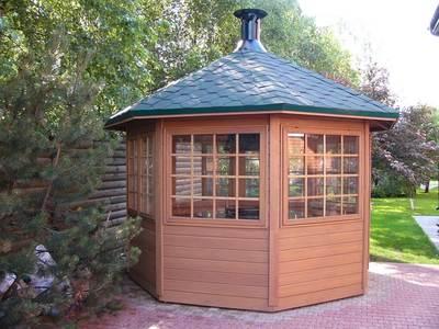 Застекленный гриль-домик с восьмискатной крышей