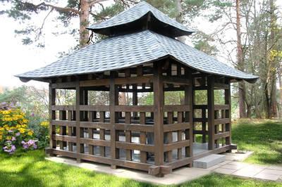 Квадратная беседка в китайском стиле с четырехскатной крышей